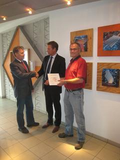 Übergabe des HiQ-Zertifikats durch Dr. Herbert Kahmer (links) an Michael Saphörster, Geschäftsführer des Bereichs Beton-Bauteile bei CEMEX Deutschland AG, und Peter Reith, Produktionsleiter des Werkes in Bad Dürkheim ( rechts)