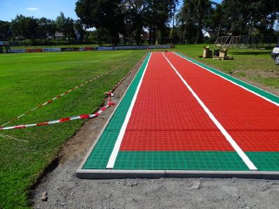 Als Linienmarkierungen wurden durchgefärbte weiße Expansions-Leisten verwendet, die die Ausdehnungen des Materials bei hohen Temperaturen auffangen und eine Bildung von Beulen im Sportboden verhindern.