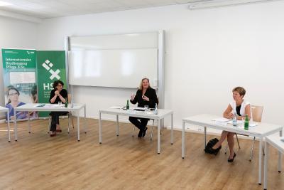 Die Parlamentarische Staatssekretärin beim Bundesminister für Gesundheit, Sabine Weiss (Mitte), mit Wissenschaftssenatorin Dr. Claudia Schilling (rechts) und Gesundheitssenatorin Claudia Bernhard / Fotos: Martin Rospek