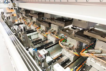 Die Aufteilung in acht Parallelprozesse erhöht die Bestückungsfrequenz und erleichtert die Entstörung. So wird eine Bestückungsfrequenz von 600 Federn pro Minute erreicht