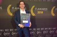 TecArt Geschäftsführer Christian Fischer nimmt stellvertretend für das ganze Team die Gold-Urkunde entgegen