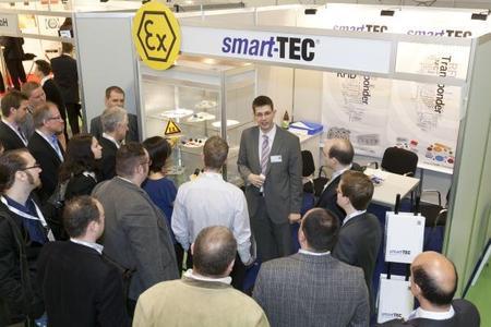 """Besuch des smart-TEC Standes der GuidedTour Teilnehmer im Rahmen des """"Chief RFID Manager"""" des FIR Aachen © Bild EUROFORUM/GUST"""