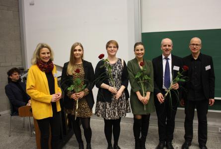 Die glücklichen Absolventinnen werden persönlich gratuliert - von Dr. Anna Köbberling, MdL (li), Prof. Dr. Armin Schneider (2.v.r.) und Prof. Dr. Paul Krappmann (r)