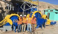 Das Team von Montan vor der Verarbeitungsanlage in Peru; Foto: Montan Mining