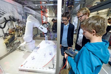 DI_Schüler mit Roboter II
