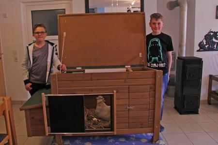 Stolze Preisträger: Die jungen Tüftler Nico Mösner (links) und Luca Lutz mit  ihrem smarten Hühnerstall.