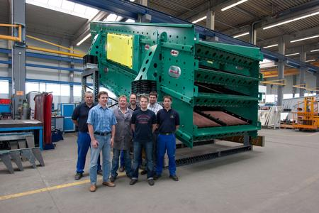 The HAVER & BOECKER team with a NIAGARA T-Class® screening machine built at the plant in Muenster, Germany