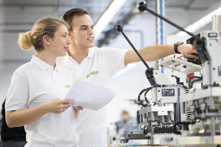 Die Auszubildenden zum Mechatroniker Marika Neuperger-Woelke und Jan Ole Günter freuen sich schon darauf, den Gästen ihren Beruf in der Ausbildungswerkstatt vorzustellen