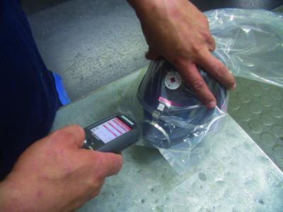 Bei Neuzugang, Auslagerung oder Einlagerung wird der Barcode der Maske gescannt