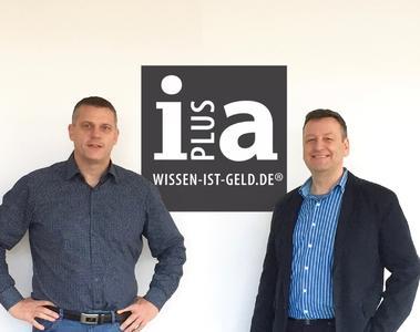 Alexander Ihl und Karl-Heinz von Lackum vor dem neuen Logo