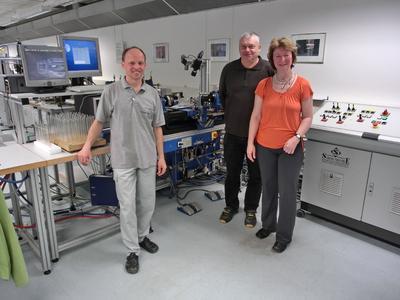 Für den passenden Anschluss: Jens Voigtländer, Stefan Auras und Katrin Scholz (von links) ha-ben die Herstellung von Glassensoren optimiert