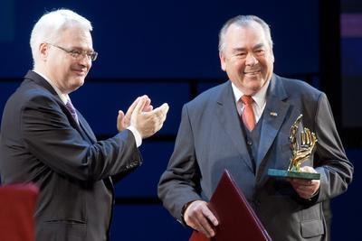 Kroatiens Staatspräsident Ivo Josipovic überreicht dem Münchner Handwerkskammerpräsidenten Heinrich Traublinger, MdL a. D., die höchste Auszeichnung der Handwerkskammer Kroatiens, die Goldenen Hände, Foto: HWK