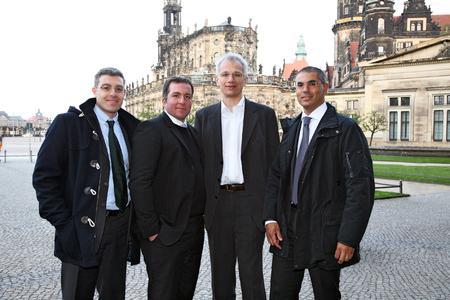 SOLARWATT baut sein Engagement in Italien aus: Mit Giorgio Soloni (2. von rechts) als Manager der neuen Niederlassung im italienischen Padua hat SOLARWATT einen Kenner des italienischen Photovoltaik-Marktes gewonnen. Er kümmert sich mit seinem Team nun intensiv um den Ausbau des Vertriebsnetzes in Italien