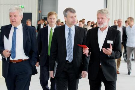 Gemeinsam mit Vertretern aus Politik und Wirtschaft wurde am 11. Mai die neue Produktionshalle der Hubl GmbH eingeweiht.