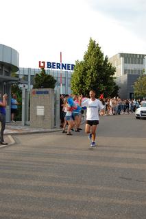 Jürgen Mennel vor der Berner-Zentrale in Künzelsau bei seinem Start nach Berlin