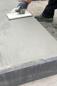 Der neue Feinspachtel der MC-Bauchemie Emcefix floor ist vielfältig anwendbar. Er eignet sich zur schnellen und langlebigen kosmetischen Instandsetzung und Reparatur von Estrich- und Betonböden genauso wie für die Reparatur an Treppenstufen und Podesten