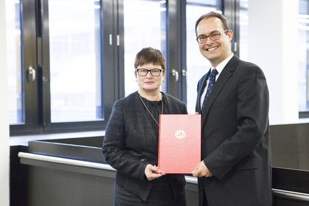 Prof. Dr. Jan-Henning Dirks mit Rektorin Prof. Dr. Karin Luckey bei der Übergabe der Ernennungsurkunde (Foto: Dennis Welge, Hochschule Bremen)
