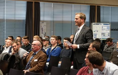 Angeregte Diskussionen gab es beim zweiten FINO-Forum an der Hochschule Aalen – unter anderem stand Prof. Dr. Timo Sörgel (stehend) den Besuchern Rede und Antwort über smarte Oberflächen, Bildhinweis: © Hochschule Aalen/ Michael Schüle