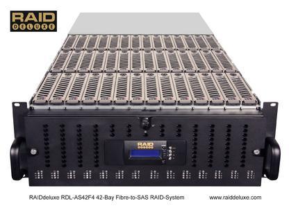 Geöffnetes RDL-AS42F4 welches den Blick auf 42 Festplatteeinschübe freigibt