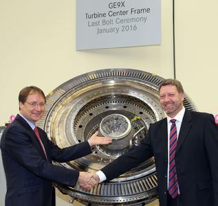 Erfolgreiches Teamwork: Dr. Jörg Henne (l.), Leiter Entwicklung und Technologie bei der MTU Aero Engines, und Theodor Pregler, Leiter Zivile Programme, freuen sich über die Fertigstellung des ersten GE9X-Turbinenzwischengehäuses