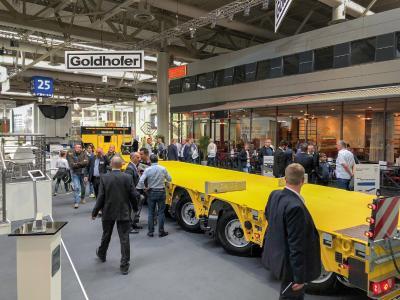 Reges Treiben am IAA-Messestand, auf dem Goldhofer den Fachbesuchern mit dem »ARCUS« PK eine Weltneuheit in der Transporttechnologie präsentierte / Foto: Goldhofer