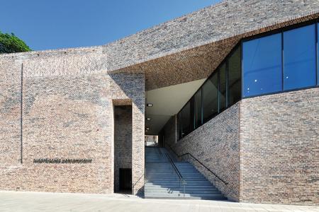 Eine zentrale Treppe verbindet den Museumsvorplatz mit dem Burgkloster und den Außenanlagen oberhalb des Neubaus / Foto: Richard Brink GmbH & Co. KG