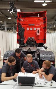 Die 24 Finalisten-Teams mussten im Trainingszentrum von Renault Trucks in  Lyon sechs unterschiedliche Aufgaben aus Theorie und Praxis perfekt lösen