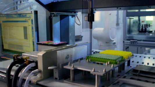 Produktion synthetischer Gene in Regensburg – Bildquelle: Image Film BioPark Regensburg GmbH