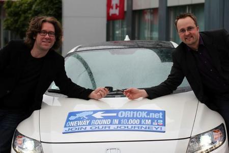 Alex Kahl (li.) und David Plättner (re.), PR-Referent Automobile der Honda Deutschland GmbH, bei der Schlüsselübergabe des CR-Z