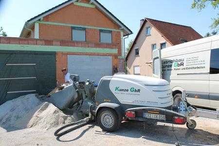 Wie hier beim Bau eines Einfamilienhauses am Stadtrand von Chemnitz arbeitet die Mixokret M 740 DBS mit Beschicker und Schrapper leistungsstark und zeitsparend. Bereits während des Fördervorgangs kann sie wieder befüllt werden.