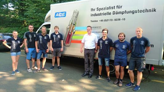 Schulung einer Gruppe des HAWKS Racing Teams der Hochschule für Angewandte Wissenschaften in Hamburg im ACE Vorführwagen / Bildnachweise: ACE Stoßdämpfer GmbH und HAWKS Racing e. V.