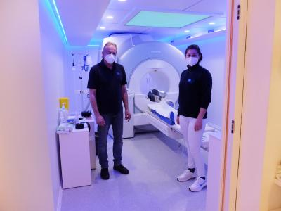 Stefan Gail und medizinische Assistentin vor Magnetresonanztomograph MR4