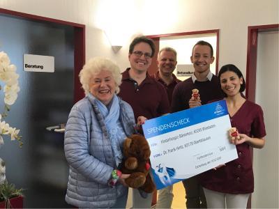 Zahnarztpraxis Dr. Hintz bei der Gewinnübergabe mit Frau Schäfer vom Kinderhospiz Bärenherz (im Bild links).