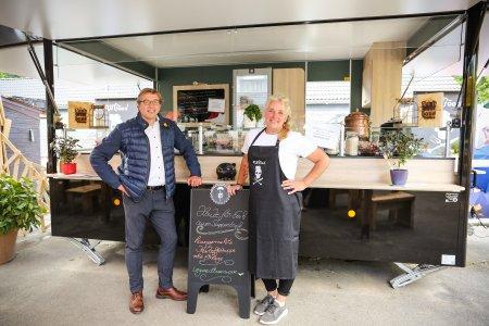 #borcohilft Aussengastro LAndhaus Bilstein mit mobilem Verkaufs-Anhänger l Carsten Götz - Christiane Scnneider