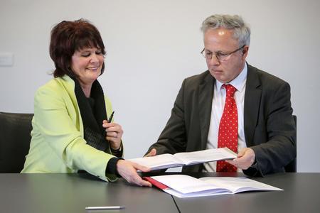 Ministerin Vera Reiß und TU-Präsident Helmut J. Schmidt bei der Vertragsunterzeichnung (Foto: Fredrik v. Erichsen)