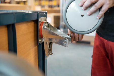 Im Rahmen von Wartungs- und Instandhaltungsmaßnahmen werden häufig Räder ausgetauscht / Foto: TORWEGGE