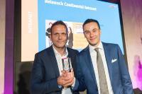 Jan Giesau, Projektleiter Continental Intranet bei ]init[, und Jannik Krabbe, Continental AG, nehmen den Digital Communications Award am 29. September 2017 in Berlin entgegen / Bildquelle: Quadriga Berlin