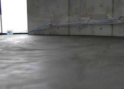Emcefix floor lässt sich auch großflächig zur Instandsetzung von Estrich- und Betonböden einsetzen. Der Estrich auf dem Foto war mit vielen Lunkern übersät. Sie wurden mit einer großflächigen Kratz- und Lunkerspachtelung mit Emcefix floor geschlossen und der Boden auf diese Weise ästhetisch ansprechend und dauerhaft repariert