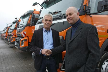 Großauftrag für die Entsorgungsgesellschaft Vorpommern-Greifswald (EGVG): Lutz Böhme, Verkaufsleiter des Volvo Trucks Verkaufsbüro Rostock (l.) übergibt 12 neue Fahrzeuge an Uwe-Andersen Hoth, Geschäftsführer der EGVG. Foto: VT/Vincent Leifer