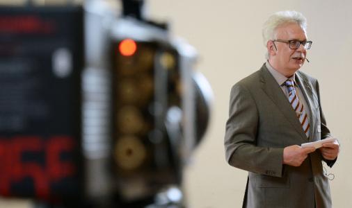 Prof. Dr. Roland Trill begrüßte die Gäste im Audimax. Foto: Gatermann