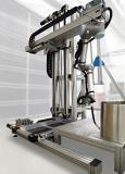 Mithilfe von Cobots können kritische oder gefährliche Prozesse automatisiert werden. Ihr Aktionsradius lässt sich mit einer zusätzlichen 7. Achse oder einem ganzen Raumportal erweitern