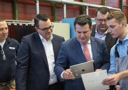 Bundesarbeitsminister Hubertus Heil (SPD) besucht mit Oliver Burkhardt, Personalvorstand thyssenkrupp AG, (2.v.l.) und Andreas Goss, CEO thyssenkrupp Steel, (2.v.r.) die Ausbildung von thyssenkrupp Steel in Duisburg