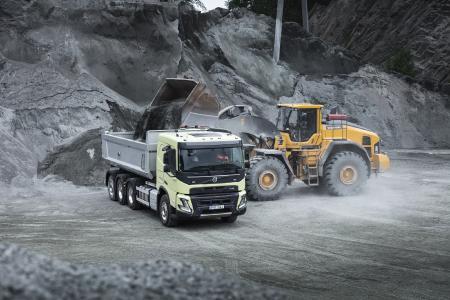 Der neue Volvo FMX verfügt über eine neue Kabine, die mehr Platz für bis zu 1000 Liter bietet. Dank des neuen Designs der Kabine, das eine abgesenkte Türlinie und neue Rückspiegel umfasst, erhalten die Fahrer auch eine verbesserte direkte Sicht