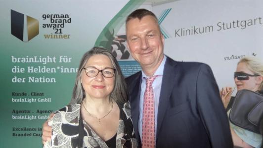 Die brainLight GmbH wurde am 10.06.21 bei der feierlichen, virtuellen Preisverleihung des German Brand Award 2021 doppelt ausgezeichnet - brainLight-Geschäftsführerin Ursula Sauer und Jost Sagasser M.A., Leiter Unternehmenskommunikation
