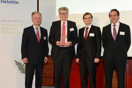 Friedhelm Loh mit dem Axia-Award 2012 und Verantwortlichen des Beratungsunternehmen Deloitte und des Impulse Verlages