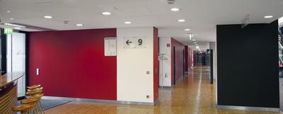 Im Catering-Bereich des Business-Centers wurden die roten und schwarzen Wände im CI-Farbton des VfB Stuttgart mit Premium Color beschichtet. Dabei handelt es sich um eine hoch strapazierfähige neu entwickelte Farbe. Die weißen Wände erhielten einen Anstrich mit dem hoch reinigungsfähigen Premium Clean