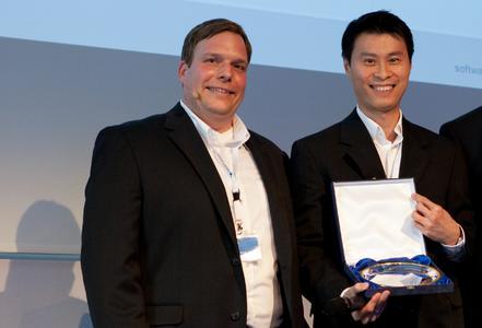 Große Ehre: Steven Chua (BackupAssist) verleiht Jochen Meuer (EBERTLANG) Auszeichnung für den weltweit besten Quartals- und Monatsumsatz mit BackupAssist