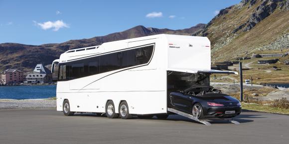 Reisemobil VARIO Perfect 1200 auf MB Actros 2553 LLL. 3 Achsen, 3 Erker, 12 m, 12 Räder, 26 t, 530 PS. Mercedes-Benz Roadster an Bord