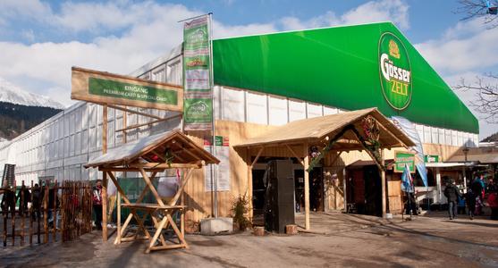 Das Gösser Fan-Zelt wurde von Losberger im Eingangsbereich mit Holzapplikationen versehen. (Foto: Losberger)