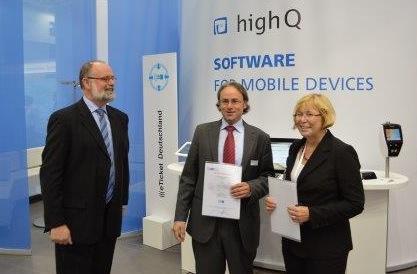 Übergabe der Lizenzierungsurkunde durch  Jozef A.L. Janssen und Elke Fischer (VDV-ETS GmbH & Co. KG)